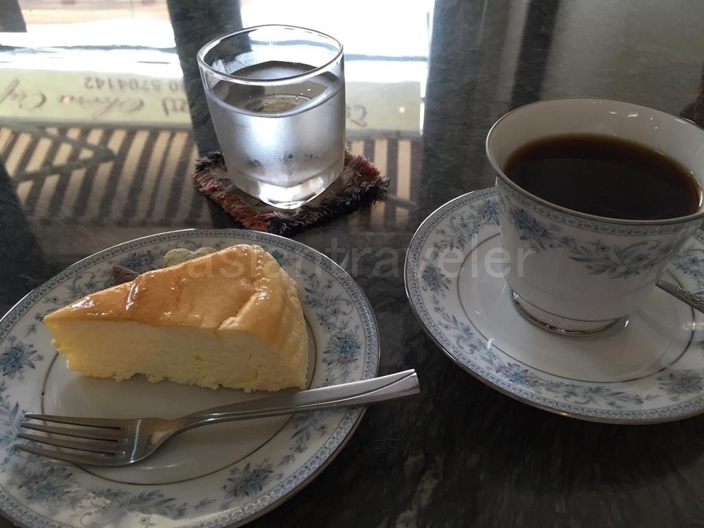 Okera Cafe(オケラ カフェ)のチーズケーキとコーヒー