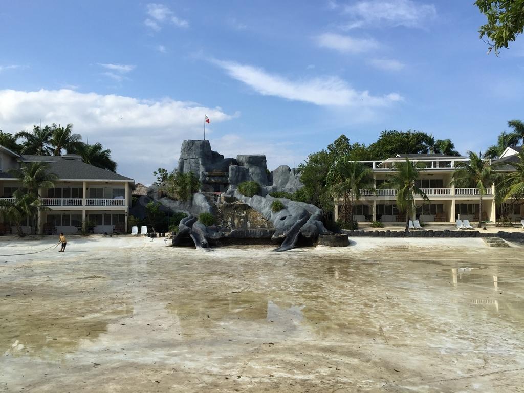 Plantation Bay Resort & Spa(プランテーションベイ リゾート&スパ)の水のなくなったNorthラグーンと2本のスライダー